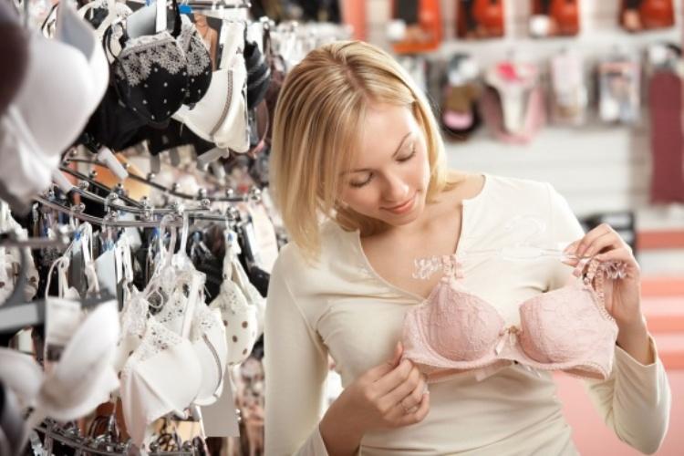 Выбор белья в магазине нижнего белья