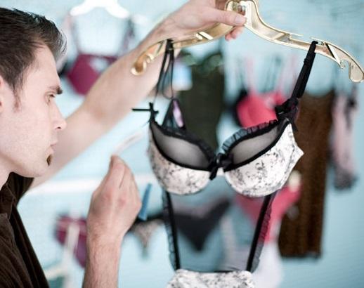 Мужчина выбирает женское нижнее белье